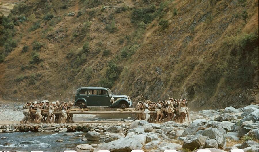 यसरी काँधमा बोकेर ल्याइएको थियो नेपालमा पहिलो गाडी : हेरौं दुर्लभ भिडियो र तस्बिरहरू